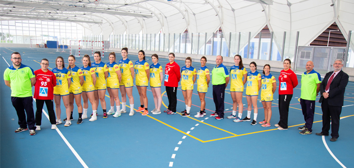 UNEATLANTICO and the sportswomen of the Club Balonmano Pereda update their family photo in the season start